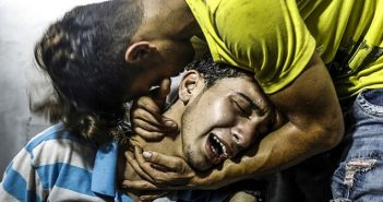 Palestinian youths mourn